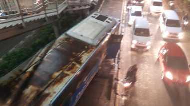 Tabrak Halte TransJakarta, Sopir Bus Mayasari Bakti Diduga Melarikan Diri