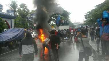 Demo Mahasiswa di Makassar Ricuh, Enam Motor Polisi Dibakar