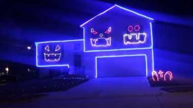 HALLOWEEN 2016: Pasangan Ini Membuat Lampu Halloween di Rumahnya