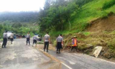 Tebing Jalan Tembus Gunung Lawu Longsor, Akses Jalan Jateng-Jatim Ditutup