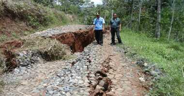Bencana Tanah Gerak Isolir Warga di Cilacap