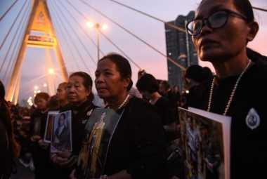 Ribuan Warga Thailand Hadiri Perayaan Ultah Mendiang Raja Bhumibol