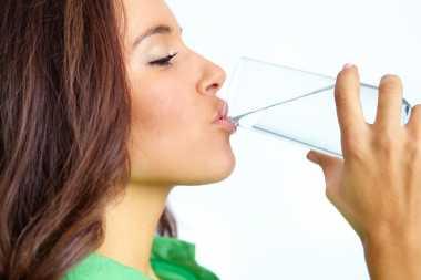 Terlalu Banyak Minum Air Putih Bisa Terserang Hiponatremia