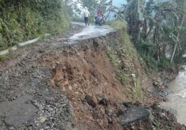 Tak Hanya Ambles, Jalan Raya Trenggalek-Ponorogo Tertimbun Longsor