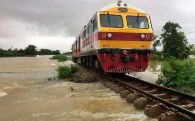 Thailand Dikepung Banjir, Transportasi Kereta Terganggu