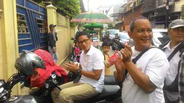 Kaki Sakit Tak Halangi Sandiaga Sapa Warga Jakarta
