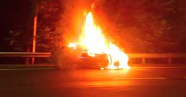 Mobil BMW Terbakar di Tol Cililitan
