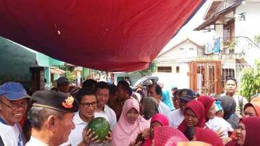 "Blusukan ke ""Kampung Banjir"", Sandiaga Dihadiahi Buah oleh Warga"