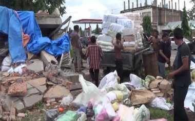 Warga Evakuasi Barang Dagangan dari Gudang Roboh di Pidie Jaya