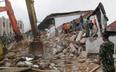 Rumah Rusak Parah, Korban Gempa Aceh Tidur di Halaman
