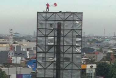 Pemanjat Papan Reklame di Grogol Sempat Ancam Polisi