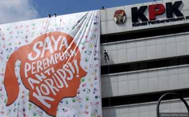 Puluhan Mahasiswa Bagikan Stiker Hari Antikorupsi di Jalan