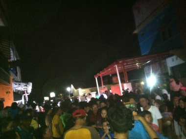 Warga Berkerumun di Depan Rumah Kos Tempat Ditemukannya Bom di Bekasi