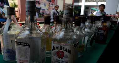 Puluhan Botol Miras Disita Polisi dalam Operasi Cipta Kondisi