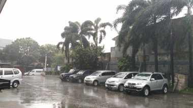 Hujan Angin Terjang Bogor, Sejumlah Pengendara Pilih Menepi