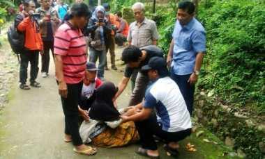 Isak Tangis Warnai Penggeledahan Rumah Perakit Bom Bekasi di Karanganyar