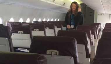 VIDEO: Pesawat Nyaris Kosong, Pramugari Beri Pertunjukan Istimewa untuk Dua Penumpang