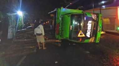 Diduga Kelebihan Muatan dan Jalan Licin, Truk Pengangkut Kayu Terbalik di Pandeglang
