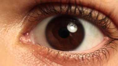5 Kebiasaan yang Merusak Mata, 1 Bocorannya Tidur dengan Make-Up