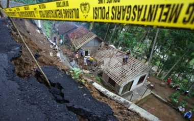 Dua Rumah Warga Plered Ambruk Dihantam Longsor