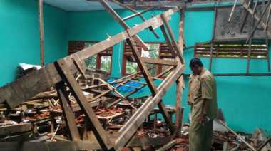 Atap Sekolah yang Ambruk Tak Jelas Kapan Akan Diperbaiki