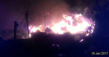 Kebakaran Lapak Pemulung di Kebon Jeruk Merembet, 5 Rumah & 4 Motor Hangus