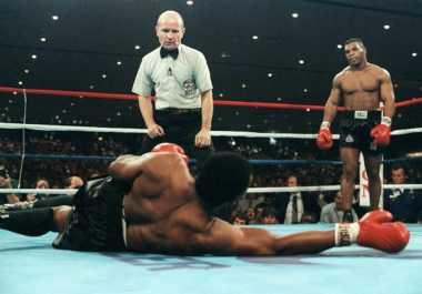 Pukulan Mike Tyson Bikin Michael Spinks Pensiun