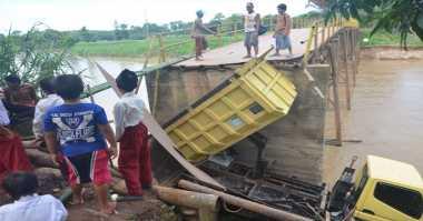Jembatan Kepuh-Sindon Jatipuro Longsor Sebagian