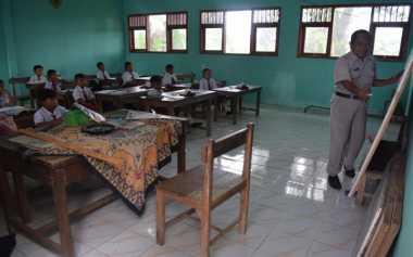 Atap Ambruk Belum Diperbaiki, Siswa Belajar Ditengah Rasa Waswas