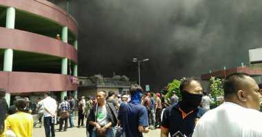 Setelah 7 Jam, Api Masih Berkobar di Blok I Pasar Senen