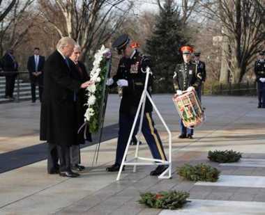 Trump & Pence Letakkan Karangan Bunga di TMP Arlington