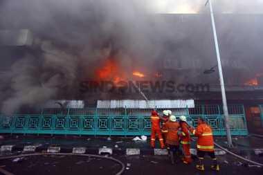 Padamkan Api di Pasar Senen, Petugas Damkar Sedot Kali Kwitang