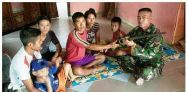 Warga Serahkan Lima Pucuk Senpi Laras Panjang ke TNI