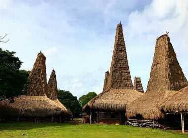 Cantiknya Desa Adat di Bibir Pantai Sumba Barat