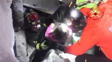 VIDEO: Penyelamatan Bocah yang Terkurung Timbunan Salju selama 40 Jam di Italia