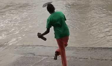 VIDEO: Hebat, Perempuan Ini Usir Buaya Hanya Menggunakan Sandal