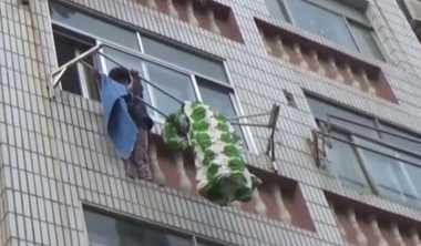 VIDEO: Aksi Penyelamatan Bocah yang Nyaris Jatuh dari Lantai Lima