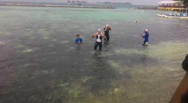 Sandiaga Berenang Didampingi 100 Warga Kepulauan Seribu