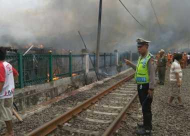 Kebakaran Disebelah Rel Daan Mogot, KRL Tak Bisa Melintas