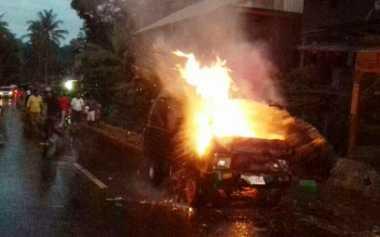Hindari Pengendara Motor, Mobil Pengangkut Bensin Terbakar