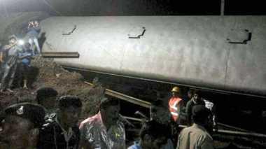 Rangkaian Kereta Ekspres India Anjlok, 23 Orang Tewas