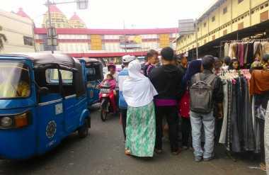 Pedagang Berjualan di Pinggir Jalan, Lalu Lintas Depan Pasar Senen Tersendat