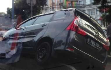 Toyota Avanza Tersangkut Separator Busway di Jatipadang