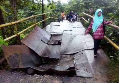 Tantang Maut Susuri Jembatan Rusak, Warga Ogan Ilir Merasa Ditelantarkan Pemda