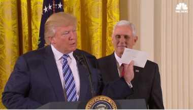Presiden AS Donald Trump Tunjukkan Surat dari Obama