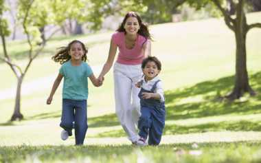 Moms, Pola Asuh Kakak dan Adik Berbeda, Jangan Disamakan Treatmen-nya