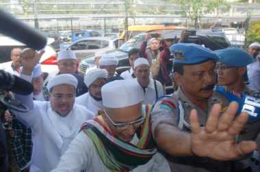 Habib Rizieq Disambut Salawat dan Takbir saat Tiba di Polda Metro Jaya