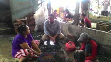 Tinjau Tempat Pengolahan Kerang Hijau, Anies Kenalkan Program 'Perempuan Mandiri'