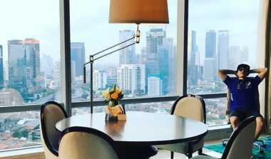 Vinales Pamer Foto Bersantai di Tengah Gedung-Gedung Tinggi Jakarta