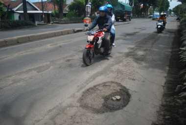 Lubang Bertebaran di Jalan Nasional, Pengendara Motor Berjatuhan